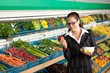 Dettagli della fotografia Grocery store shopping - Business woman holding apple