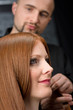 Details der Fotografie Professional hairdresser with fashion model at luxury salon