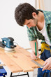 Details der Fotografie Home improvement - handyman prepare wooden floor