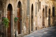 Dettagli della fotografia street with the door in the italian tuscany