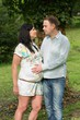 Details der Fotografie happy pregnant woman and her husband in the park
