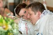 Details der Fotografie newlyweds in common eating soup from one plate  wedding traditions