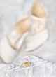 Detalii fotografie wedding detail with beautiful golden rings and shoes