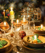 Details der Fotografie christmas dinner table with candles with christmas atmosphere