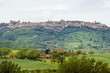 A fényképek részletei typical landscape in the val dorcia siena tuscany italy at summer the view to the town of pienza