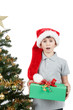 Dettagli della fotografia surprised boy in santa hat with christmas present on white background