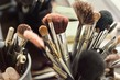 Dettagli della fotografia close up view of different cosmetic brushes for makeup on a dressing table