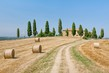 Detalii fotografie scenic view of typical tuscany country house