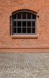 Detalii fotografie rural arch the window in a red brick wall buildingcobblestones in the foreground