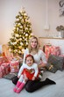 Detalii fotografie family with her daughter at christmas tree