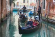 Detalii fotografie venice italy  gondolas and canals in venice italyfebruary 17 2017 tourists taking photo with gondolier in venetian canal in gondola gondola is traditional famous venetian boat venice italy travel vacation concept