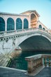 Details der Fotografie view of the rialto bridge in the morning