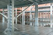 Details der Fotografie empty warehouse racks empty metal shelf in storage room storage concept