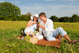 Fényképek Picnic - Romantic couple in spring nature