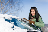 Photo Winter car - woman remove snow from windshield