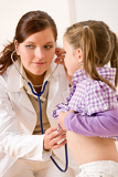 Photo Female doctor examining child with stethoscope
