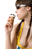 Photo Beautiful woman in bikini with ice cream cone in summer