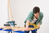 Photo Home improvement - handyman prepare wooden floor