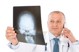 Photo Mature senior doctor male look at x-ray