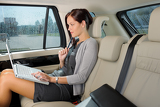 Photo Executive businesswoman work laptop car backseat