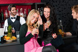 Fotografia Happy girl friends with drinks enjoying party