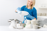 Fotografia Modern kitchen - happy woman washing dishes