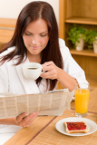 Photo Breakfast at home happy woman read newspapers