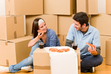 Fotografie Moving new home young couple eat pizza
