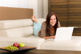 Photo Modern living room woman lying sofa laptop