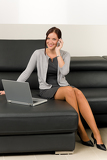 Photo Elegant businesswoman on leather sofa call phone