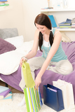 Photo Young happy student unpack shopping bags