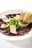 Fotografia Vegetarian carpaccio with beetroot,nuts and toast
