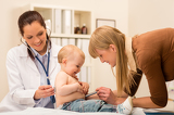 Photo Pediatrician check-up baby girl with stethoscope