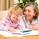 Fotografia Little girl with grandmother drawing together