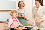 Fotografia Family women baking cupcakes in kitchen