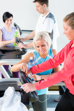 Photo Young woman on fitness treadmill give instructions