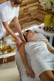 Photo Woman shoulder massage at luxury spa centre