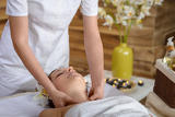 Photo Woman neck massage at luxury spa