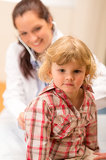 Photo Pediatrician examine child girl with stethoscope