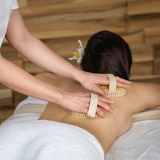 Fotografia Back brush massage at luxury spa centre