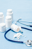 Fotografia Medical supplies spilled tablets and stethoscope