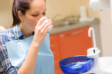 Photo Dental patient woman wash mouth after treatment