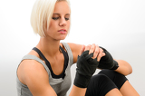 Photo Kickbox woman put on protective gloves fitness