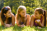 Photo Teen women talking and relaxing in park