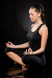 Photo Full length of a young woman meditating