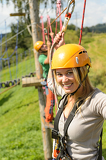 Photo Woman with helmet smiling in adventure park