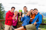 Fotografia Posing smiling young people with beer outdoors
