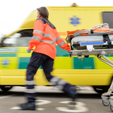 Photo Running blurry paramedic woman pulling gurney