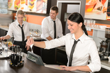Photo Female cashier giving receipt working in cafe