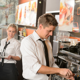 Photo Young waiter and waitress working in bar